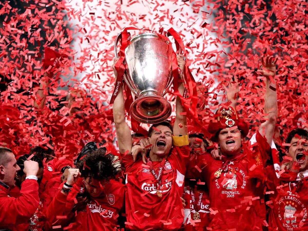 Steven Gerrad alza la Campions League 2005 dopo la finale di Istanbul contro il Milan