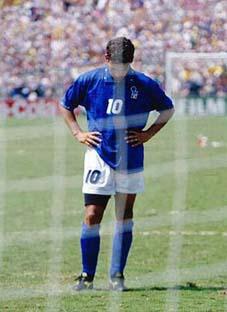 Roberto Baggio, dopo aver sbagliato il rigore decisivo nella finale contro il Brasile a USA 94