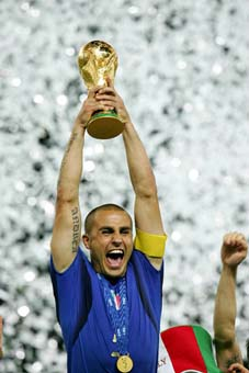 Cannavaro alza la coppa del mondo a Berlino nel 2006