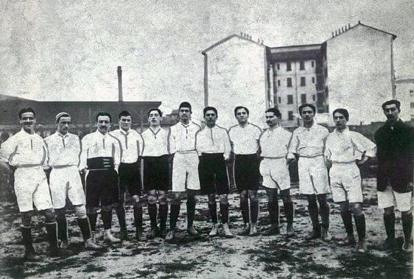 La prima nazionale italiana nel 1910 prima di un'amichevole con la Francia